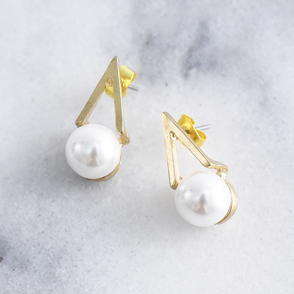三角メタルパールピアス【Pertuis triangle metal pearl pierced earrings】