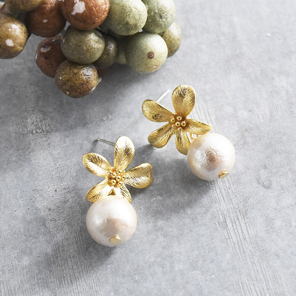 メタルフラワー&コットンパールピアス【Blou metal flower & cotton pearl pierced earrings】