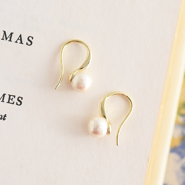 6mmコットンパールおたまじゃくしピアス【Laval cotton pearl Tadpole pierced earrings】