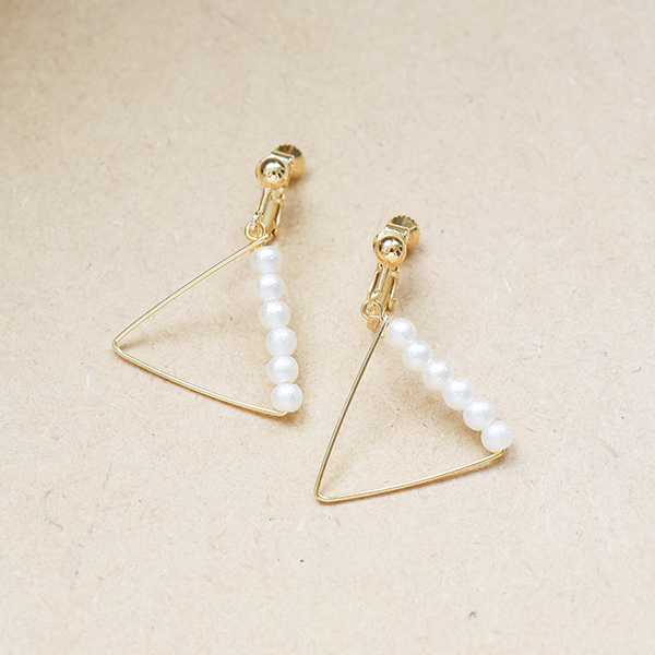 パール付き三角モチーフイヤリング【Betton triangle motif with pearl clip on earlings】