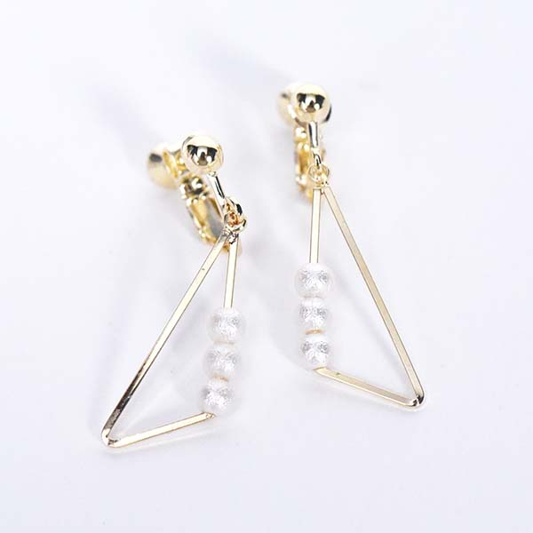 3つ小粒パール三角イヤリング【Salbris three small pearls triangle clip on earlings】